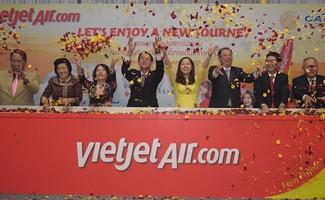 Bà Nguyễn Thanh Hà, Chủ tịch Vietjet (thứ 3, trái), ông Nguyễn Hải Bằng, Đại sứ Việt Nam tại Thái Lan (thứ 2, phải) cùng các quan chức cấp cao Thái Lan và các lãnh đạo khác của Vietjet công bố đường bay quốc tế mới của hãng.