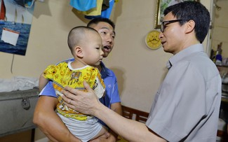 Phó Thủ tướng hỏi thăm một gia đình có con nhỏ ở xóm trọ phường Láng Thượng