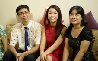 Hoa hậu Đỗ Mỹ Linh và ba mẹ
