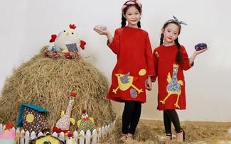 """Khác với những mẫu áo dài truyền thống thường khiến các bé có phần """"già dặn"""" hơn thì những mẫu áo dài cách tân trong BST Ò Ó O lại mang lại vẻ nhí nhảnh, năng động và đáng yêu vô cùng cho các bé."""
