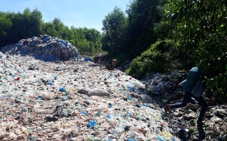 Cả một vùng dân cư rộng lớn ở Thành phố Huế đang bị rác bủa vây