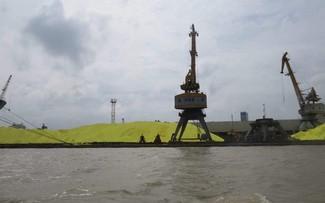 Gần 4 vạn tấn lưu huỳnh bị tồn đọng ở cảng Hoàng Diệu gần 1 tháng nay.