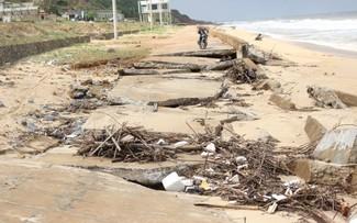 Khoảng bị 200m bờ kè bị sóng đánh vỡ nát
