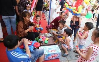 """Các """"nghệ sỹ nhí"""" cũng hào hứng và thỏa sức sáng tạo tại các gian hàng. Nhiều bộ môn phong phú như dạy làm bóng nghệ thuật, tô tượng… đều thu hút rất đông các bé."""