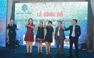 Đại diện các ông ty chúc mừng Tập đoàn Shide Đại Liên trong ngày ra mắt sản phẩm thanh nhựa mới.
