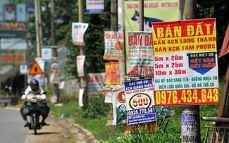 Các quảng cáo bán đất vùng gần dự án Cảng hàng không quốc tế Long Thành (Ảnh Zing)
