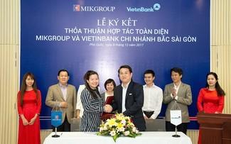 Bà Hoàng Thị Thu Hằng – Phó TGĐ MIKGroup và Ông Vũ Quôc Việt – Giám đốc CN Bắc Sài Gòn của Vietinbank cùng ký kết bản thỏa thuận hợp tác toàn diện giữa MIKGroup và Vietinban