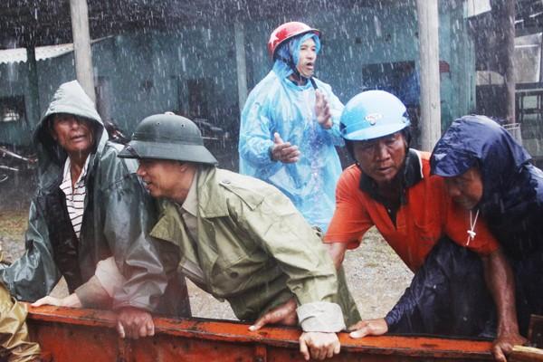 Nghệ An và Hà Tĩnh hối hả di dân, phòng chống bão số 10