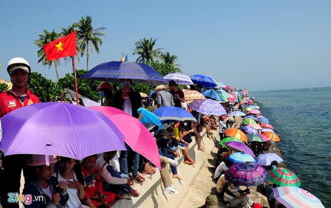 Du khách xem hội đua thuyền mừng xuân mới ở huyện đảo Lý Sơn.