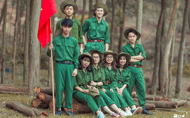 Màu xanh áo lính được thể hiện vào bộ ảnh kỷ yếu học sinh lớp 12.