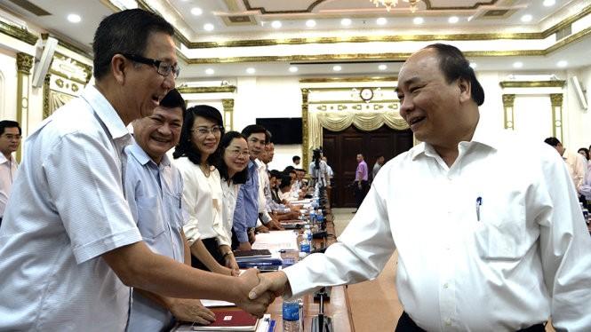 Thủ tướng Nguyễn Xuân Phúc trò chuyện cùng các đại biểu tham dự buổi làm việc với lãnh đạo TP.HCM sáng 23/6/2017