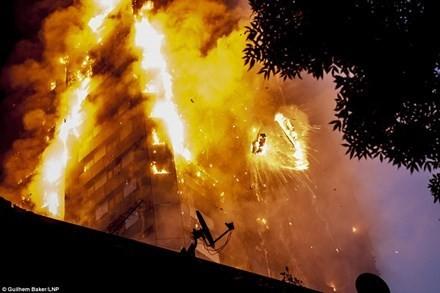 Hiện trường vụ cháy sáng 14/6 ở London (Anh). Ảnh: LNP