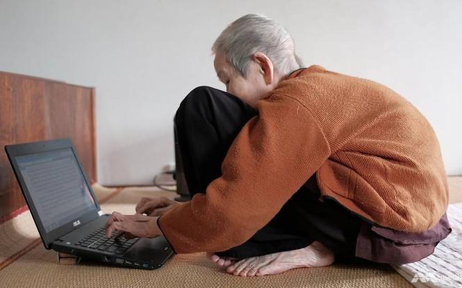Cụ bà Lê Thi năm nay 97 tuổi vẫn hàng ngày lên mạng đọc tin tức/ Ảnh: channelnewsasia.com