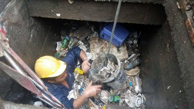 Rác ngập cống trên đường Nguyễn Hữu Cảnh.