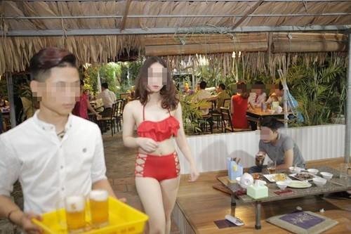 Nhân viên quán ăn rất tự tin diện bikini tiếp khách. Ảnh: Vietnamnet