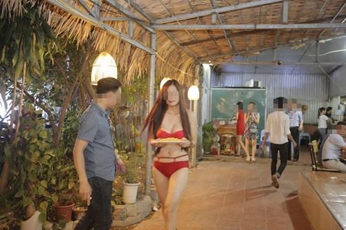 Nữ nhân viên mặc bikini rất thoải mái đi lại trong quán ăn.