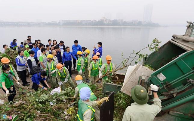 Phó Thủ tướng Vũ Đức Đam cùng sinh viên dọn rác - ảnh 1