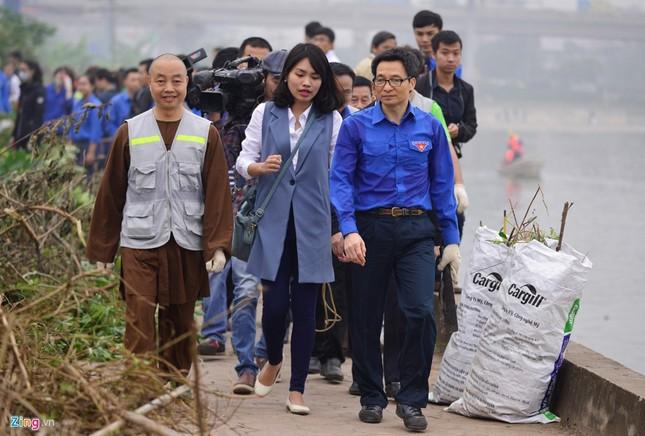 Phó Thủ tướng Vũ Đức Đam cùng sinh viên dọn rác - ảnh 2