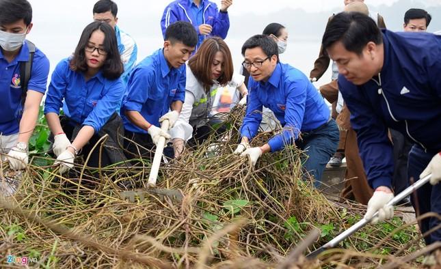 Phó Thủ tướng Vũ Đức Đam cùng sinh viên dọn rác - ảnh 3