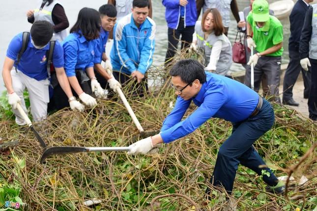 Phó Thủ tướng Vũ Đức Đam cùng sinh viên dọn rác - ảnh 4