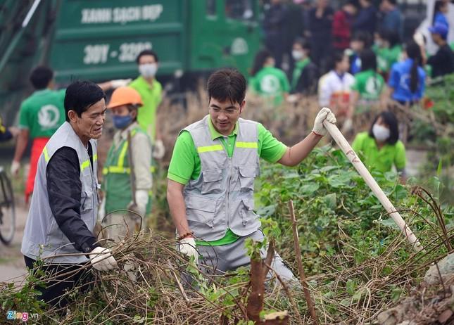 Phó Thủ tướng Vũ Đức Đam cùng sinh viên dọn rác - ảnh 7