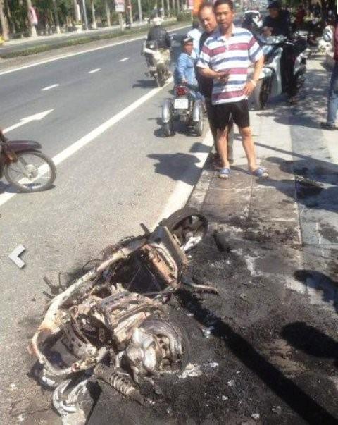 Châm lửa đốt xe máy sau khi bị cảnh sát giao thông xử phạt - ảnh 1