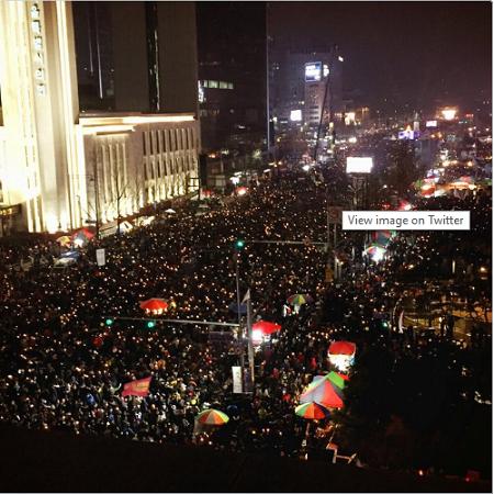 Bất chấp mưa tuyết, 1,3 triệu người Hàn Quốc xuống đường đòi tổng thống từ chức  - ảnh 1