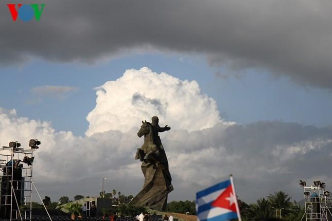 Người dân Cuba truy điệu lãnh tụ Fidel Castro tại nơi an táng - ảnh 7