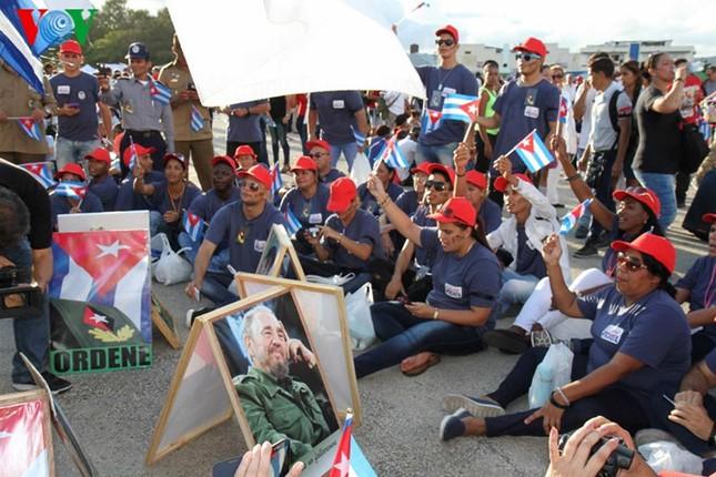 Người dân Cuba truy điệu lãnh tụ Fidel Castro tại nơi an táng - ảnh 1