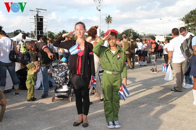 Người dân Cuba truy điệu lãnh tụ Fidel Castro tại nơi an táng - ảnh 3