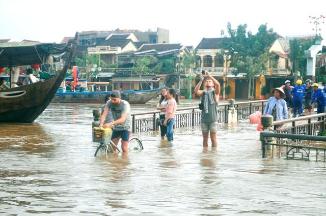 Dịch vụ 'ngắm lụt' Hội An bằng ghe đắt khách mùa lũ - ảnh 9
