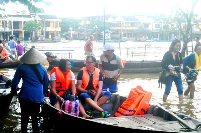 Dịch vụ 'ngắm lụt' Hội An bằng ghe đắt khách mùa lũ - ảnh 1