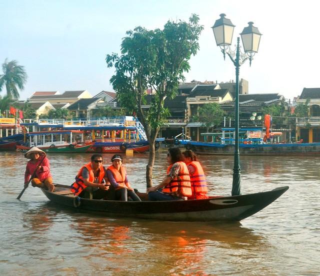 Dịch vụ 'ngắm lụt' Hội An bằng ghe đắt khách mùa lũ - ảnh 5