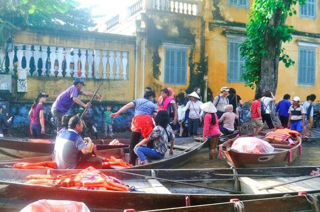 Dịch vụ 'ngắm lụt' Hội An bằng ghe đắt khách mùa lũ - ảnh 4