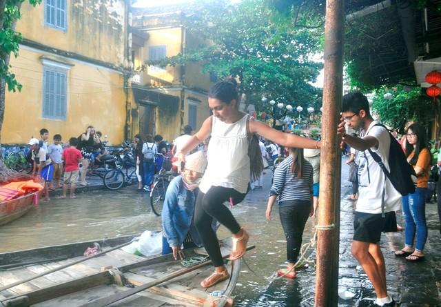 Dịch vụ 'ngắm lụt' Hội An bằng ghe đắt khách mùa lũ - ảnh 10