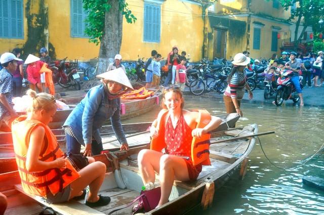 Dịch vụ 'ngắm lụt' Hội An bằng ghe đắt khách mùa lũ - ảnh 6