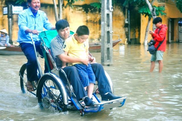 Dịch vụ 'ngắm lụt' Hội An bằng ghe đắt khách mùa lũ - ảnh 11