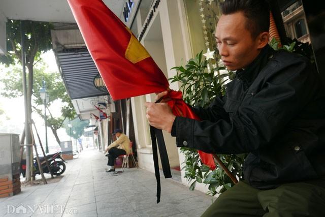 Phố Hà Nội đồng loạt treo cờ rủ trong ngày Quốc tang lãnh tụ Fidel Castro - ảnh 9