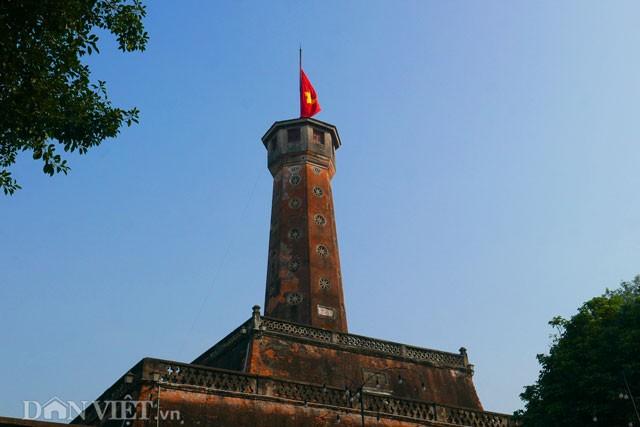 Phố Hà Nội đồng loạt treo cờ rủ trong ngày Quốc tang lãnh tụ Fidel Castro - ảnh 10