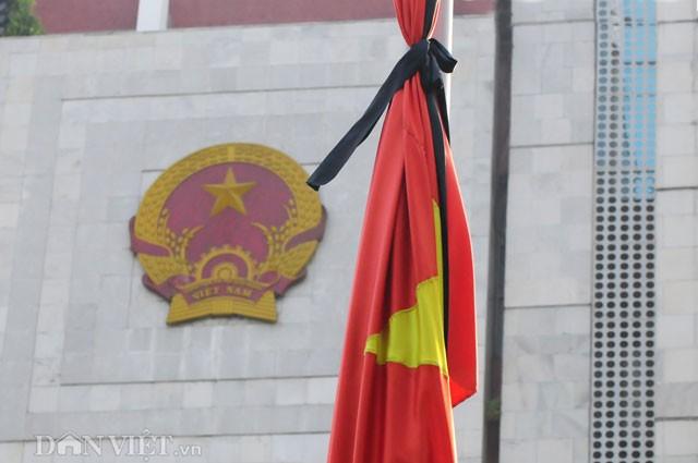 Phố Hà Nội đồng loạt treo cờ rủ trong ngày Quốc tang lãnh tụ Fidel Castro - ảnh 1