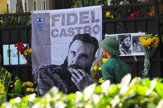 Phố Hà Nội đồng loạt treo cờ rủ trong ngày Quốc tang lãnh tụ Fidel Castro - ảnh 2