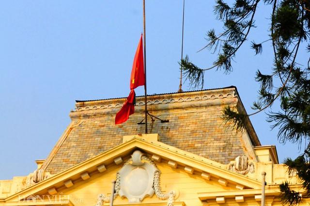 Phố Hà Nội đồng loạt treo cờ rủ trong ngày Quốc tang lãnh tụ Fidel Castro - ảnh 4