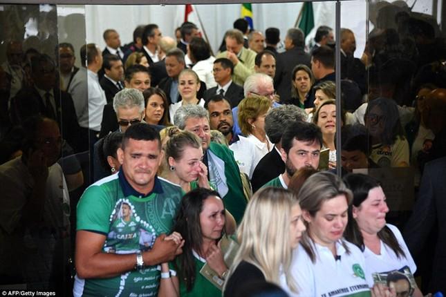 Mưa và nước mắt tuôn rơi trong tang lễ các cầu thủ Brazil tử nạn - ảnh 9