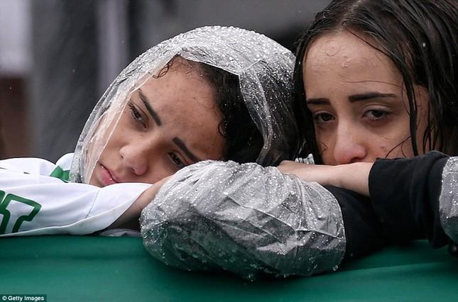 Mưa và nước mắt tuôn rơi trong tang lễ các cầu thủ Brazil tử nạn - ảnh 11