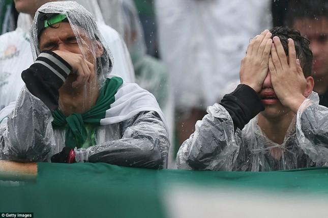 Mưa và nước mắt tuôn rơi trong tang lễ các cầu thủ Brazil tử nạn - ảnh 12