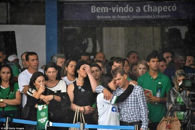 Mưa và nước mắt tuôn rơi trong tang lễ các cầu thủ Brazil tử nạn - ảnh 13