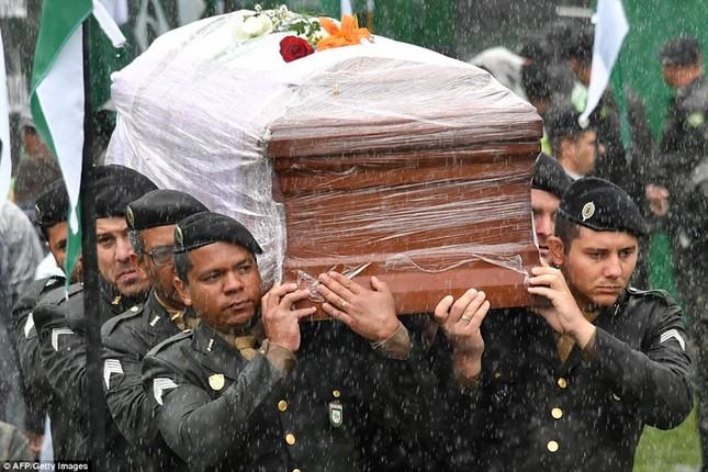 Mưa và nước mắt tuôn rơi trong tang lễ các cầu thủ Brazil tử nạn - ảnh 1