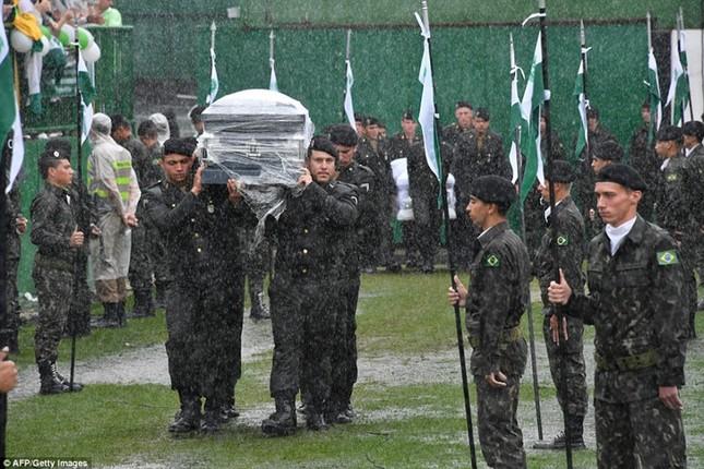 Mưa và nước mắt tuôn rơi trong tang lễ các cầu thủ Brazil tử nạn - ảnh 2