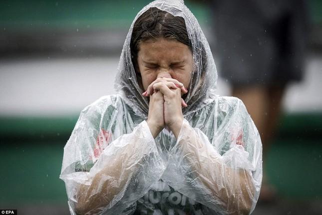 Mưa và nước mắt tuôn rơi trong tang lễ các cầu thủ Brazil tử nạn - ảnh 5