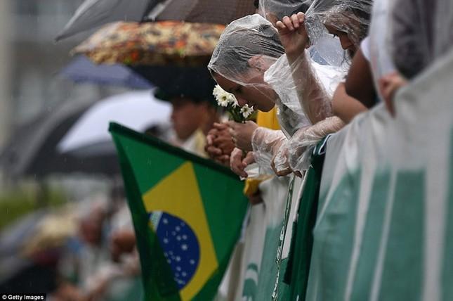 Mưa và nước mắt tuôn rơi trong tang lễ các cầu thủ Brazil tử nạn - ảnh 6